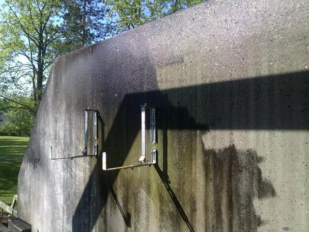 Schmutzige Betonwand mit Hochdruck reinigen 1