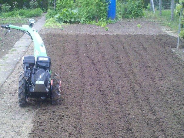 Boden auflockern mit einem Bodenbearbeitungsgerät 1