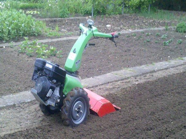 Boden auflockern mit einem Bodenbearbeitungsgerät 2