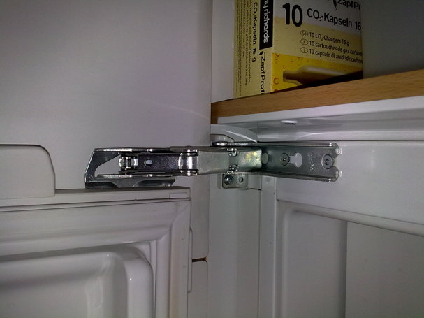 Ersetzen eines gebrochenen Kühlschrankbandes